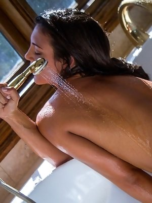 Tomi Taylor bathes her golden body in warm water pics ~ SexyNakedModels.com